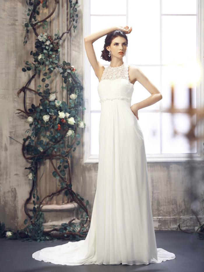 une robe empire longue en mousseline à col ras du cou en dentelle, modèle élégant