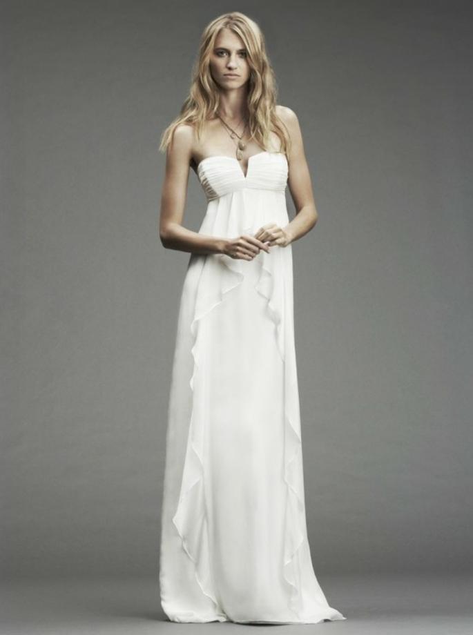 une robe de mariée style empire idéale pour un mariage sur plage, décolleté plongeant et jupe droite plissée