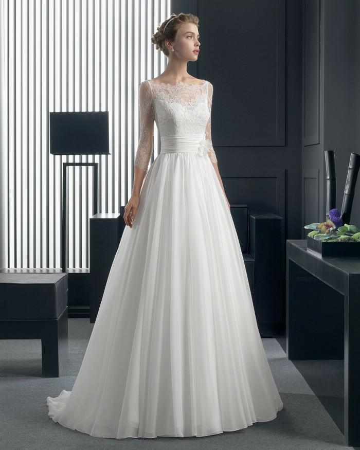une coupe empire romantique, robe mariée dentelle à jupe évasée, col bateau en dentelle fine