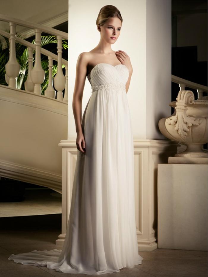une robe de mariée grecque d'un bustier cœur élégant et taille empire