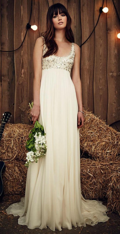 une coupe simple et fluide, robe empire longue couleur champagne à décolleté brodé