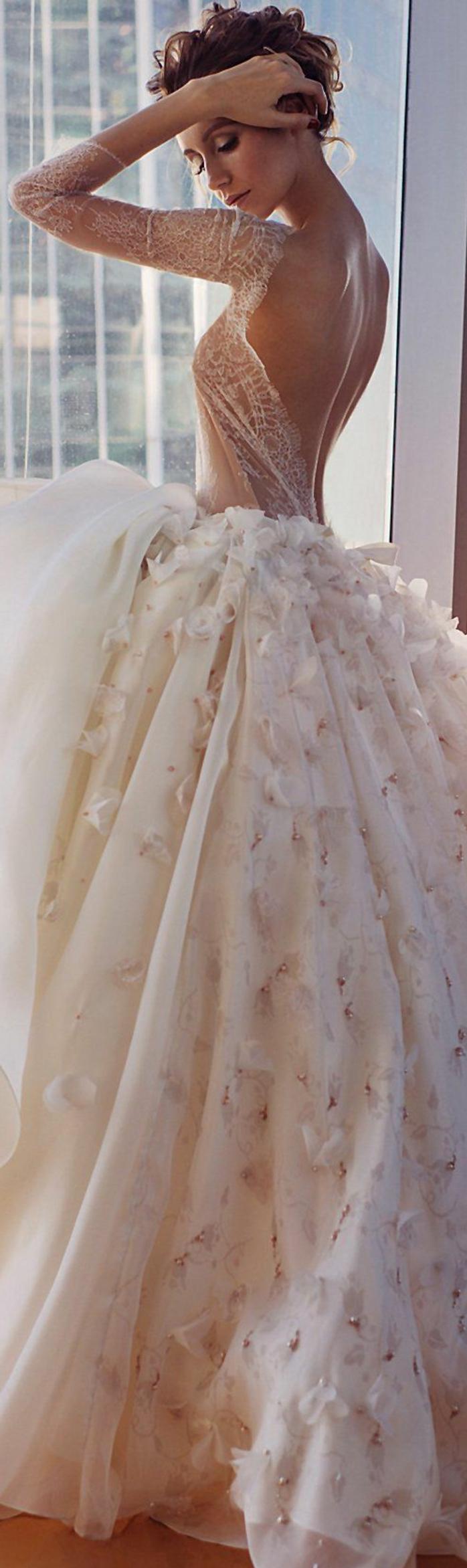 robe mariée couleur, robe bouffante magnifique, dos nu, manches longues de chiffon