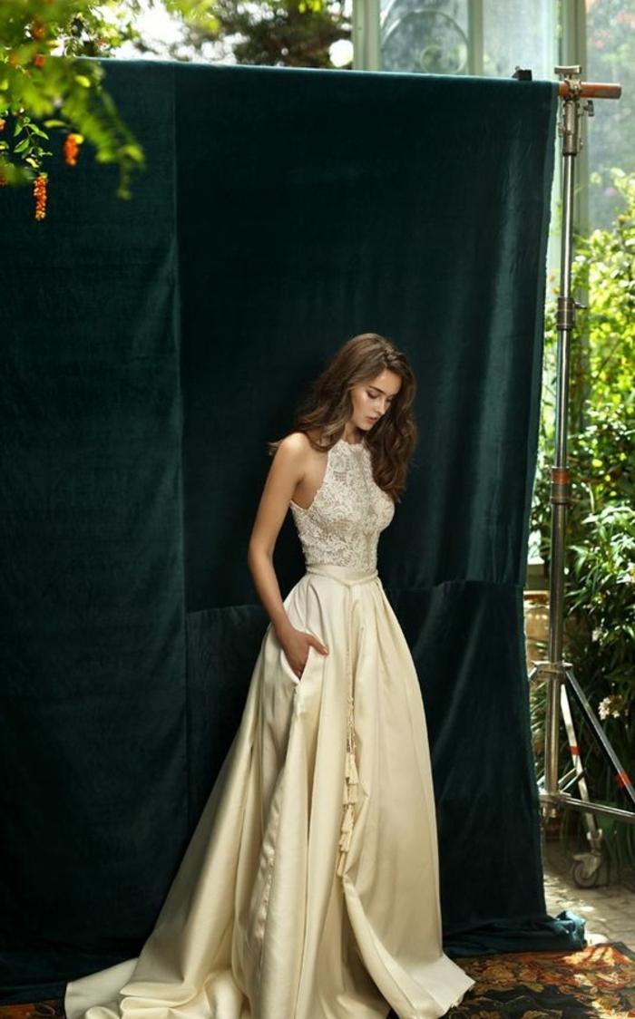 robe mariée couleur nude, col haut, traîne et jolie dentelle