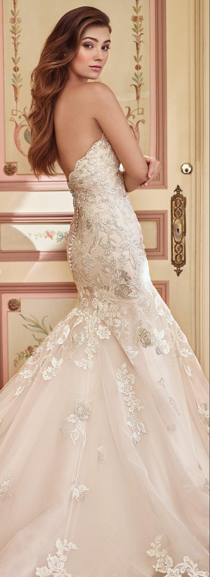 robe mariée couleur nude, une jolie robe sirène au dos nu, cheveux ondulants