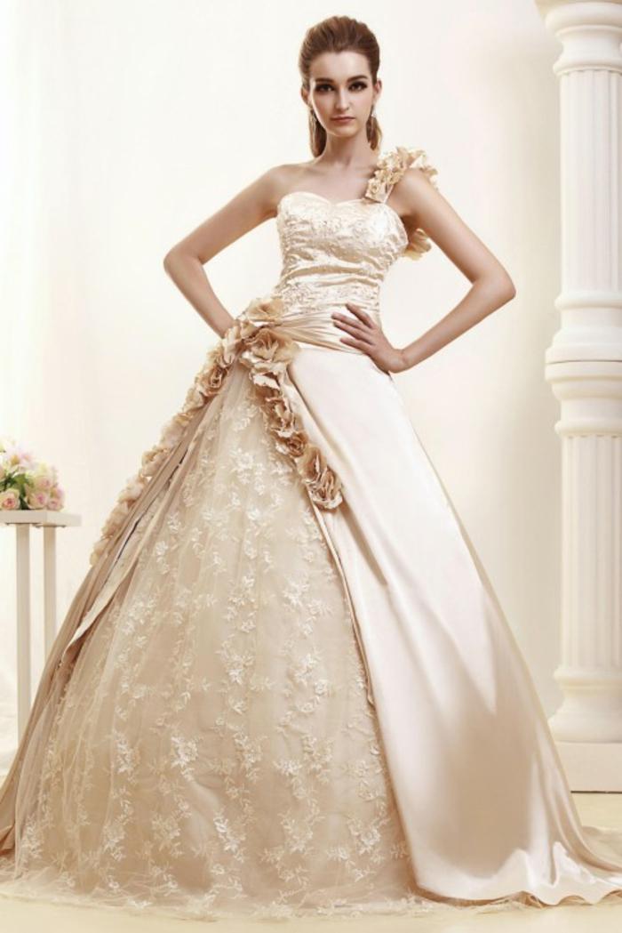 robe mariée couleur écru, jolie robe bouffante, une bretelle en couleur rose nude