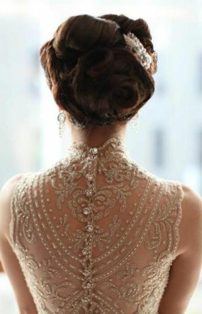 robe mariée couleur, robe à col montant, dos brodé, chignon sophistiqué