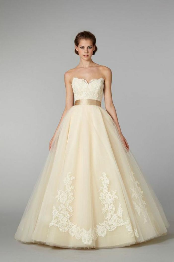 robe mariée couleur beige, robe bustier avec ceinture dorée, cheveux ramassés