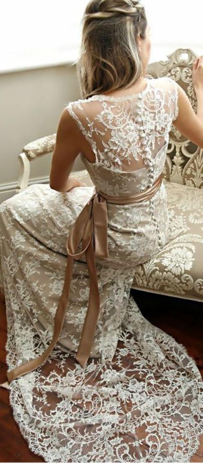 robe mariée couleur doux, tresse couronne, robe dentelle et ceinture en tissu satiné