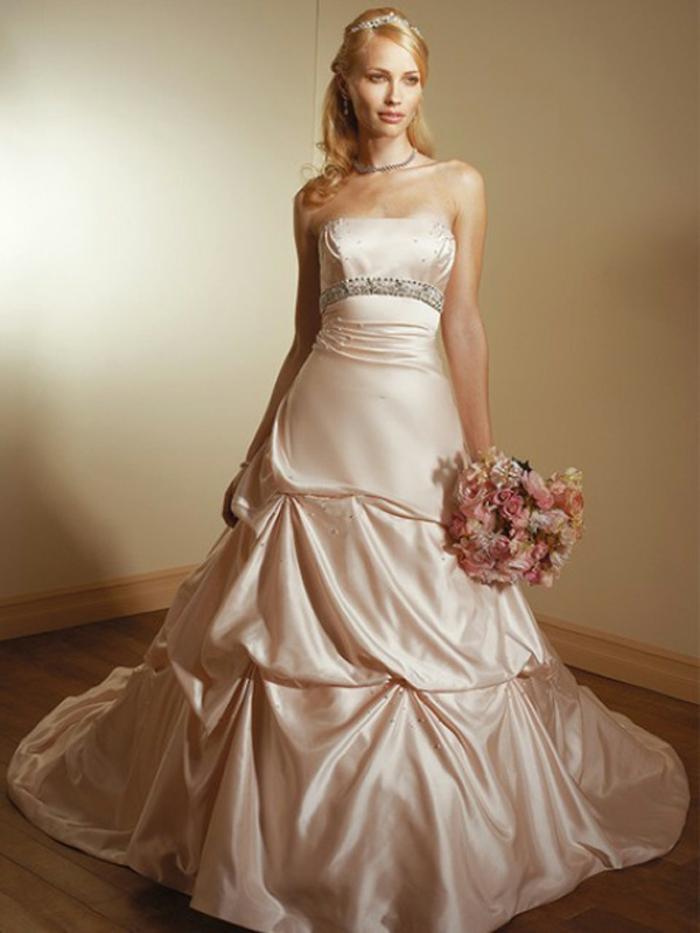 robe mariée couleur beige, robe princesse à trois étages, diadème de cheveux