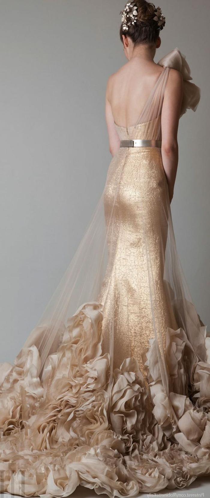 robe mariée couleur beige, chiffon et ceinture argentéen chignon accessoirisé