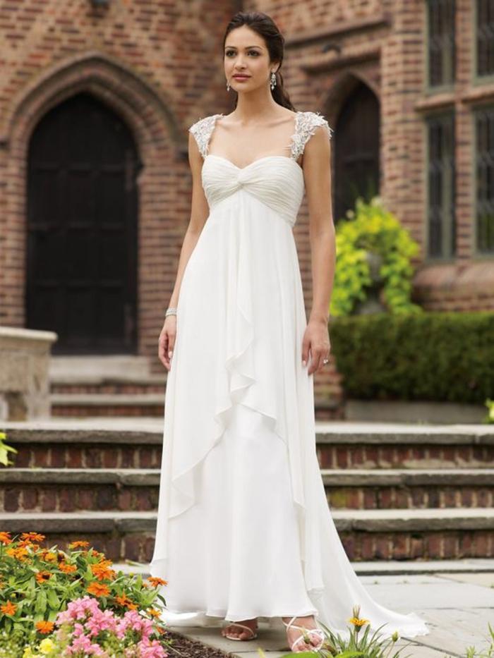 une robe de mariée manche courte en dentelle, une coupe fluide et légère