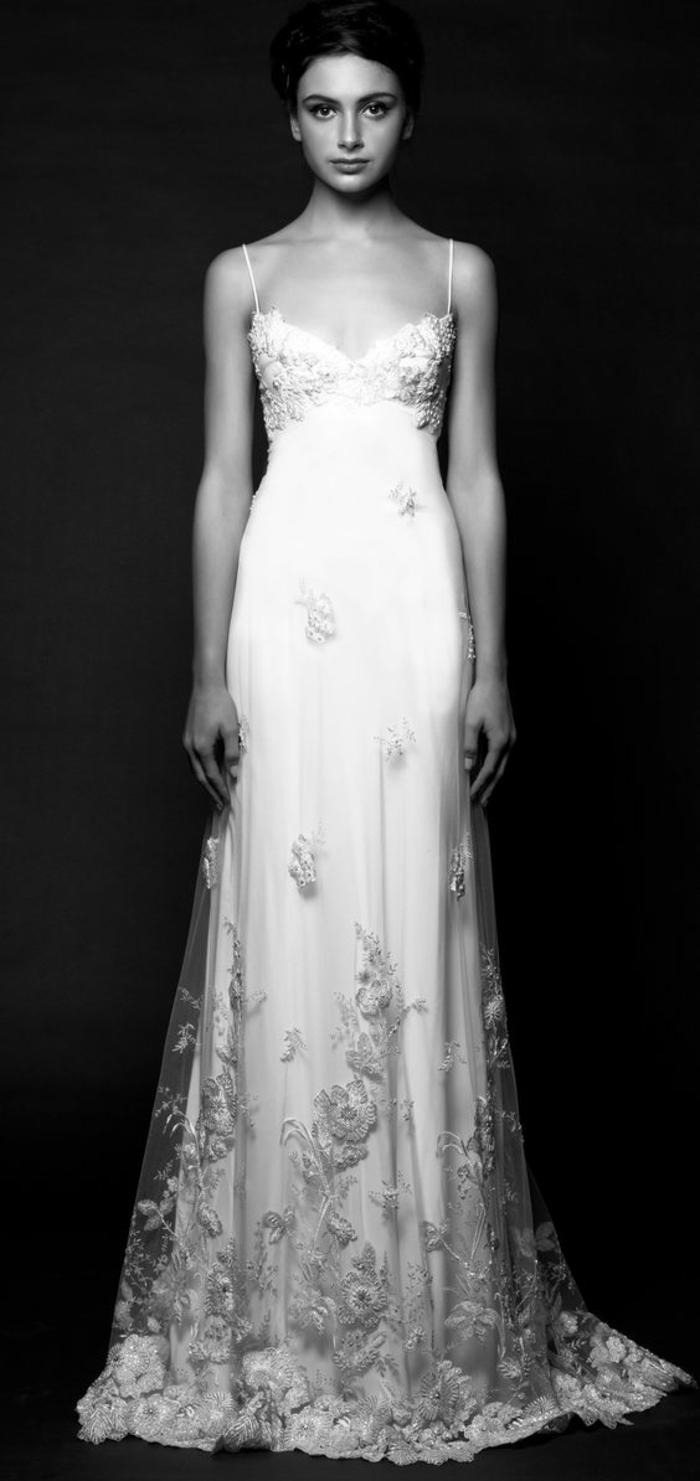 une robe empire longue à fines bretelles, robe finement brodée à motifs fleurs