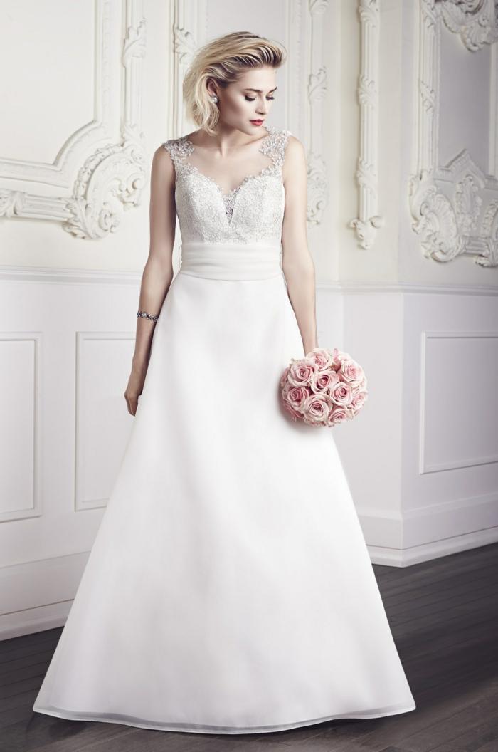une robe empire longue d'une coupe élégante classique, bustier plongeant en dentelle