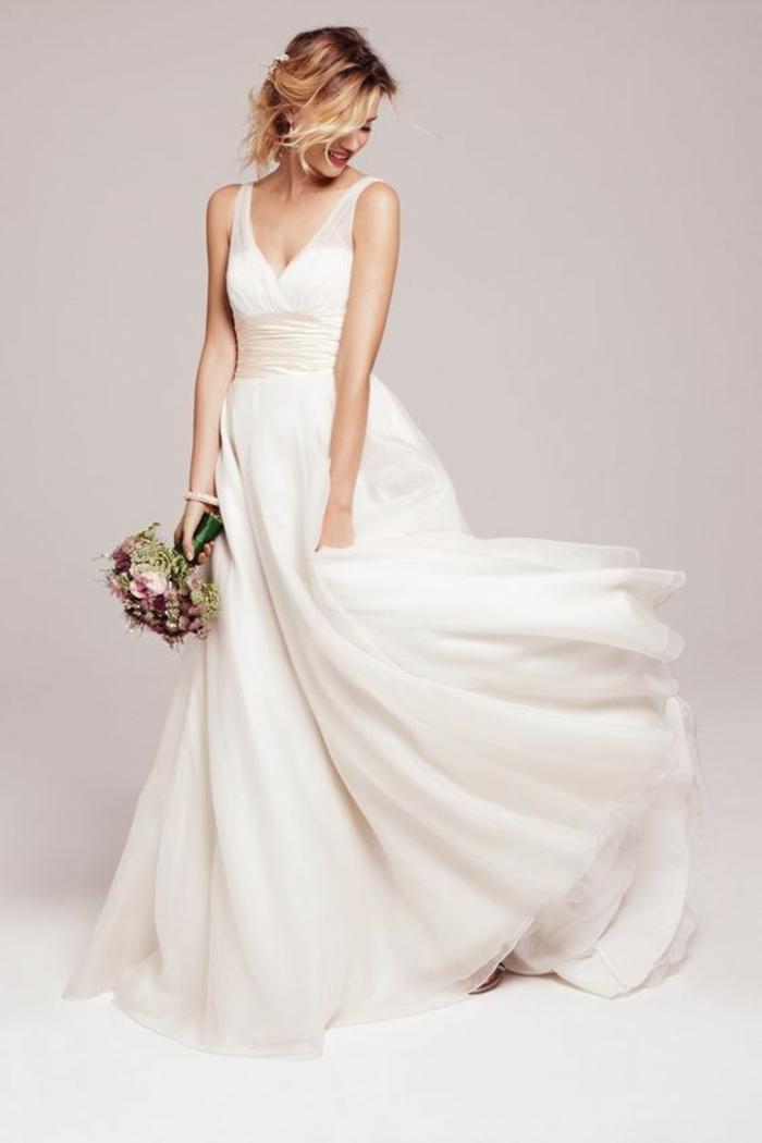 une robe mariée empire ultra légère et aérienne à encolure en v et large ceinture en satin