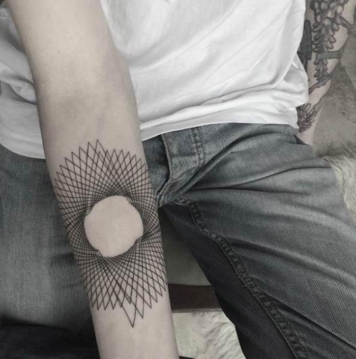 idée de tatouage rosace tattoo abstrait bras mandala