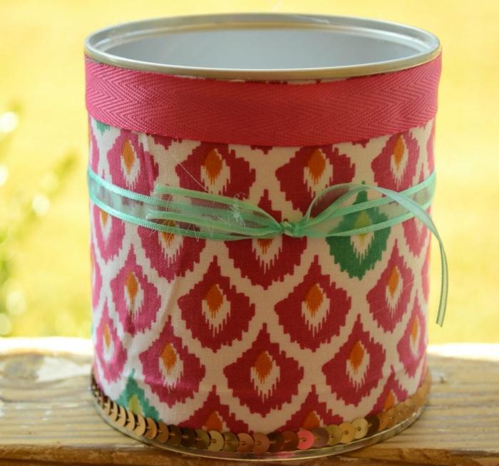 camoufler les imperfections, décorer la boite de conserve avec un ruban rose, vert et petite bande à sequins, comment faire une tirelire