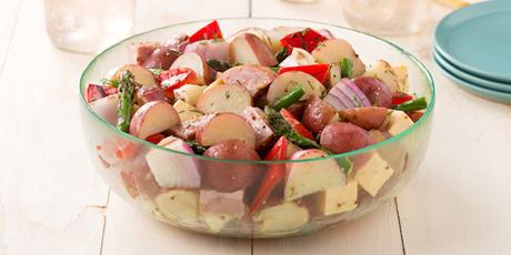 idée de salade picnic aux pommes de terre, légumes grillés, vinaigrette, asperges, poivrons, journée active en plein air, repas léger et nourissant