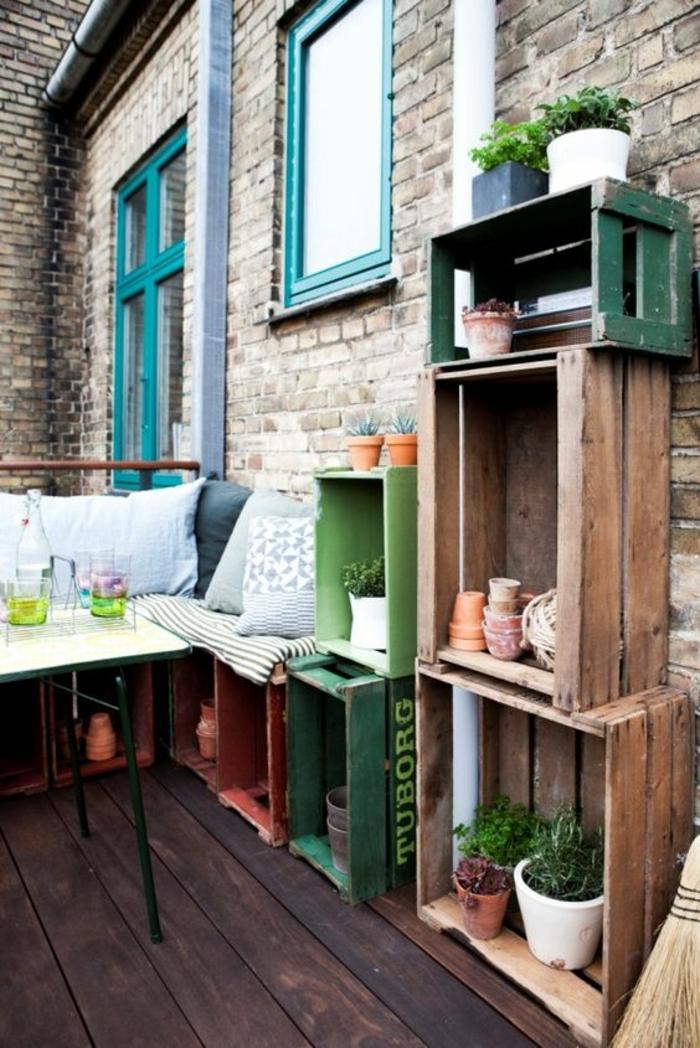 terrasse salon avec jardiniere en bois, cagette bois projet deco, rangement plantes vertes exterieurs, canapé en cagettes, table basse