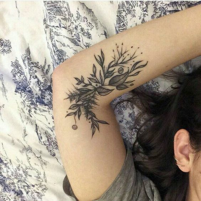 Joli tatouage fleur d hibiscus ou pivoine tatouage cool