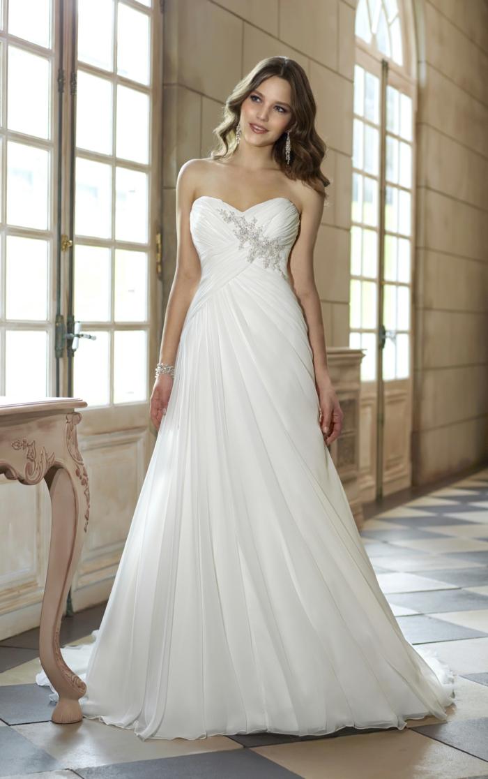silhouette en a élégante associé à une taille empire et bustier cœur orné de cristaux, robe mariée empire moderne
