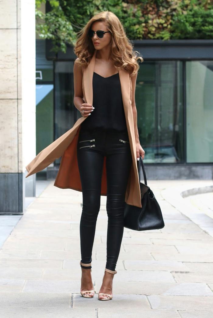 pantalon cuir femme avec fermetures éclaires, snadales beige, blazer long, cheveux bouclés