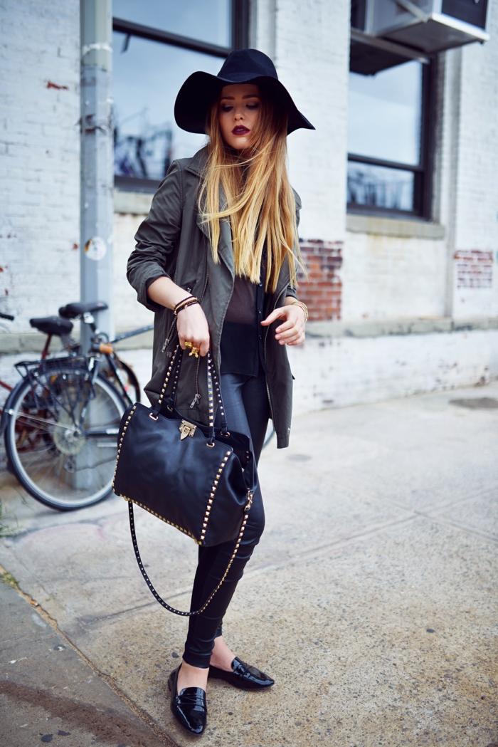 pantalon cuir femme, balayage cheveux blonds, capeline noire, lèvres bordeaux, chemise noire
