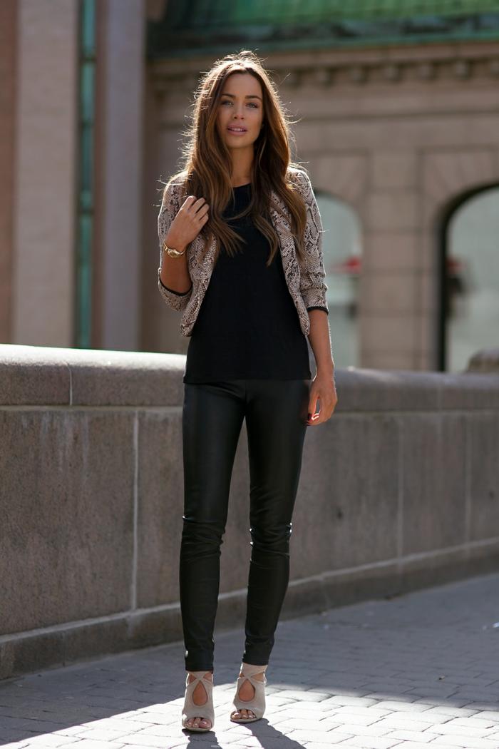 pantalon cuir femme, t-shirt noir, veste ne motifs serpent, montre en or, cheveux brunes, manucure bordeaux
