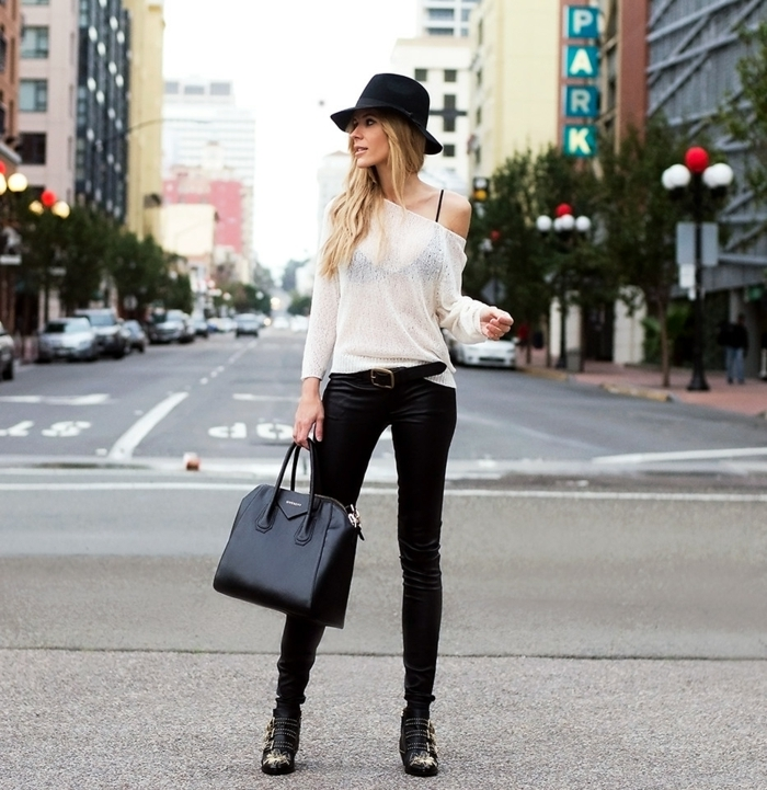 pantalon cuir femme, blouse avec manche asymétrique, ceinture noire, bottines noires avec studs