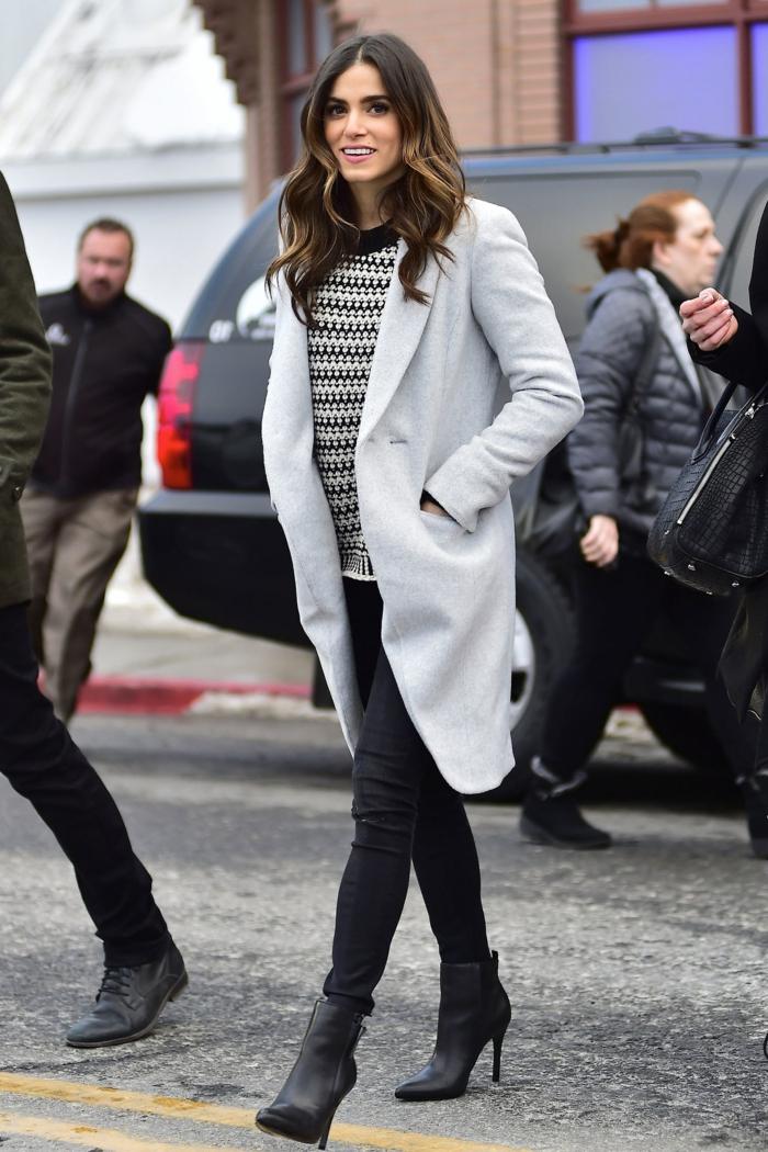 vetement noir, manteau gris, pull en blanc et noir, bottines noires, cheveux bouclés, lèvres rose