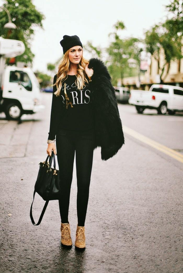 que mettre avec un pantalon noir, bonnet noir, cheveux blonds bouclé, sweat noir paris, manteau en faux fur