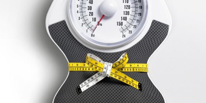 comment perdre du poids, mètre ruban en jaune et blanc, balance poids en gris et blanc, regime sportif