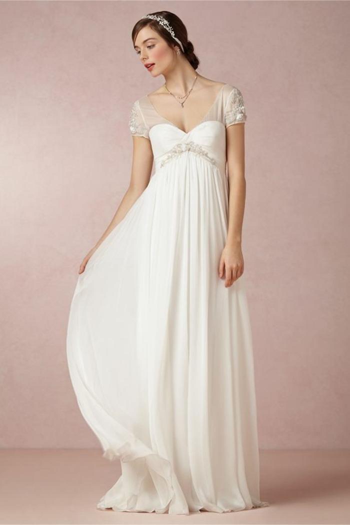 une légère robe empire longue à manches courtes avec broderie fine
