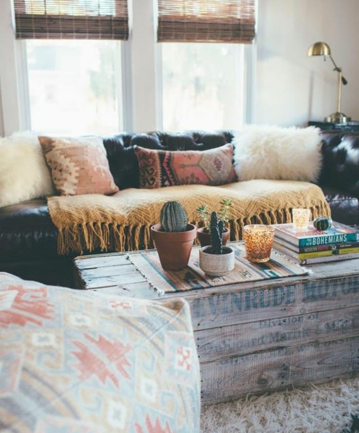 table basse en cagette, livres, plantes, canapé noir, tapis blanc, idee deco salon style boheme chic, mur couleur blanche, lampe projet caisses en bois