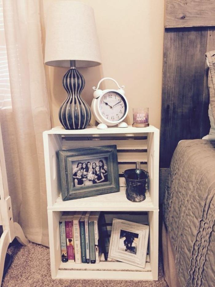 exemple de table de nuit de cagette en bois, deux caisses repeintes en blanc et superposées, réveil vintage, lampe de nuit, photo, livres