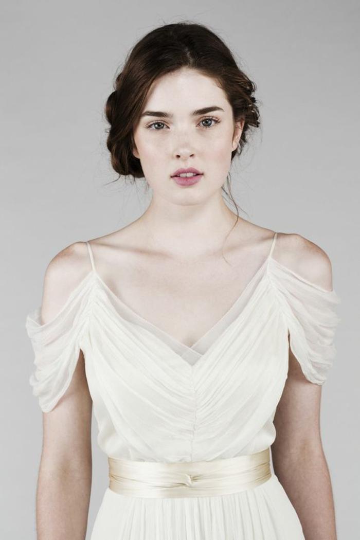 jolie robe mariée empire plissée pour une allure romantique et féerique, robe à épaules dénudées tombantes