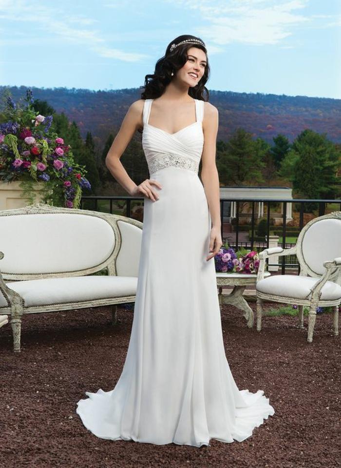 une silhouette de déesse grecque, robe empire longue à bretelles, bustier romantique croisé