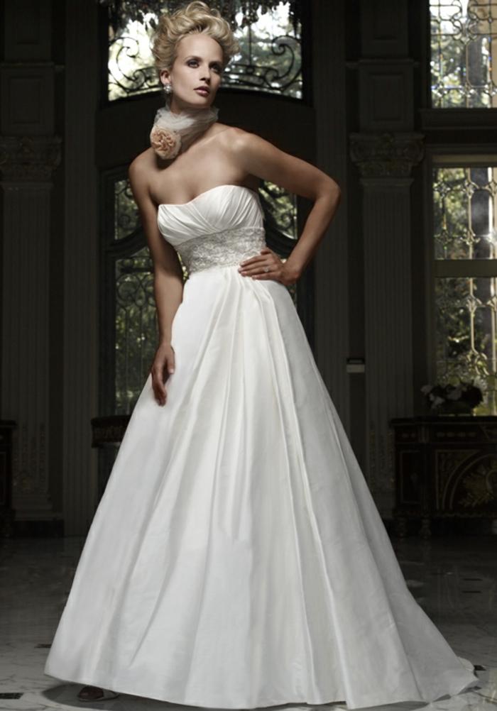 robe de mariée magnifique à taille empire, robe de mariée évasée à jupe bouffanre