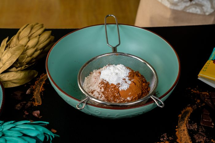 tamiser la farine, le cacao et la levure pour faire cupcakes chocolat, farine de blé entier, idee dessert healthy
