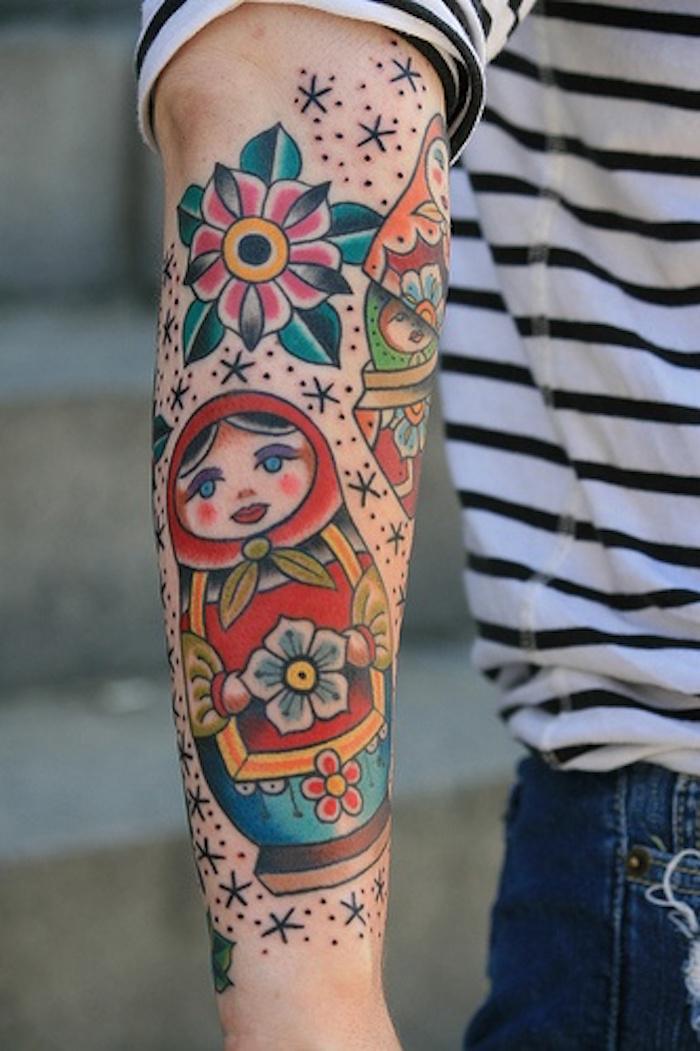 modele tatouage homme poupée russe couleurs bras