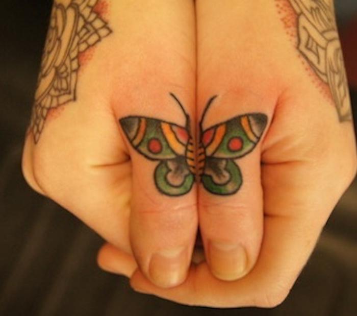tatouage sur les doigts papillon symetrique tattoo main