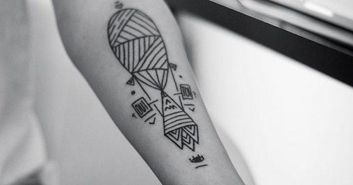 tatouage aile avant bras montgolfiere lignes abstrait