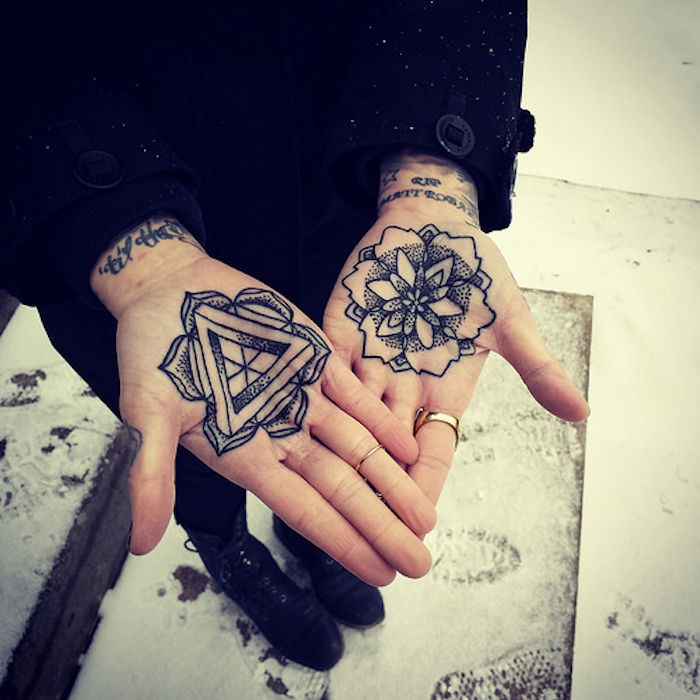 tattoo rosace interieur de la main femme mandala triangle