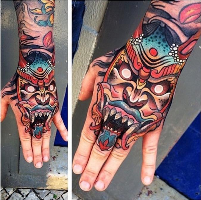 tattoo sur la main masque couleurs asie dragon