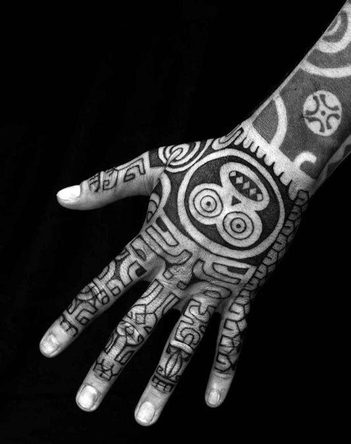 tatouage sur la main tribal main polynesien maorie
