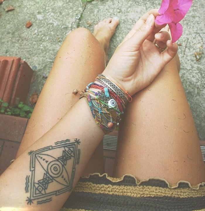 tatouage voyage symbole liberté surf femme abstrait