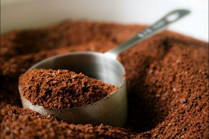 foncer les cheveux châtain au café moulu, une teinture naturelle pour cheveux aux reflets naturels