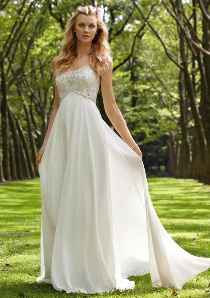 jolie robe empire longue pour une silhouette raffinée, bustier brodé de perles et jupon fluide