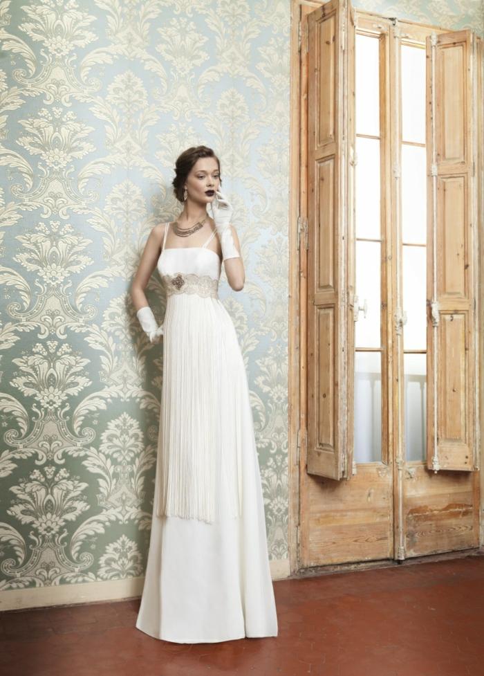 élégante robe mariée empire à inspiration vintage avec fines bretelles et taille haute ajustée