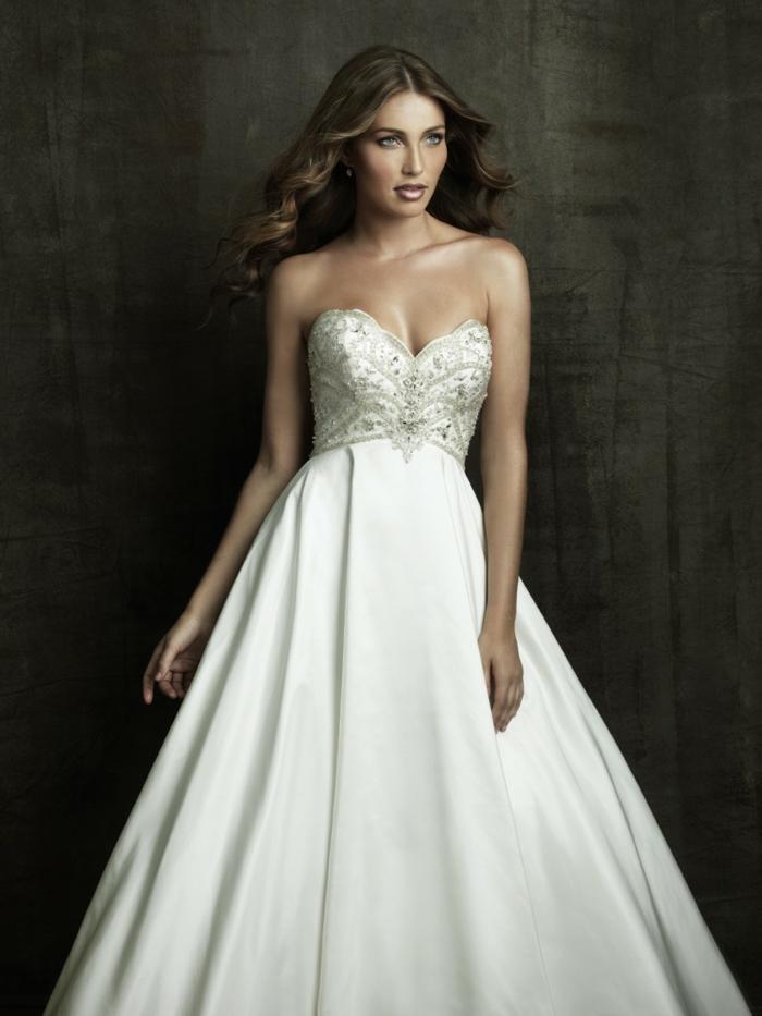 une silhouette de princesse, robe de mariée empire ajustée sous la poitrine, joli bustier cœur orné de perles