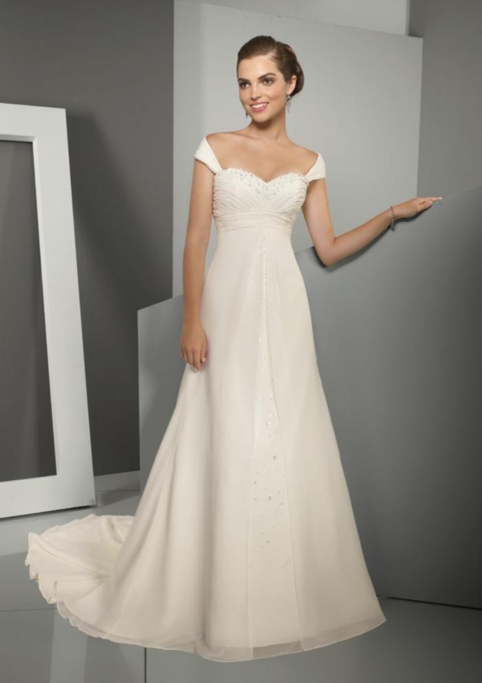 jolie robe de mariée style empire à cap manches et bustier cœur brodé de perles